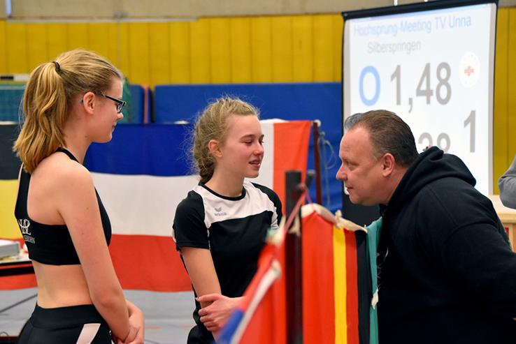 Malou Dümpelmann (l.) und Julia Hoffmann im Gespräch mit Coach Andreas Wittenburg.